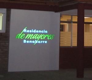 Logotipo entrada residencia de benabarre de noche